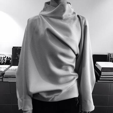 "concept 2 ""ONE-PIECE-OF CLOTH"" Twist-Drape Top_01"