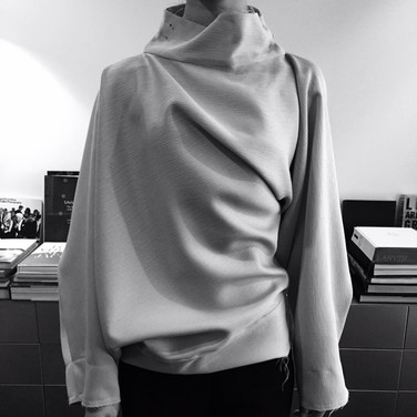 "concept 2  ""ONE-PIECE-OF CLOTH"" Twist-Drape Top_01"