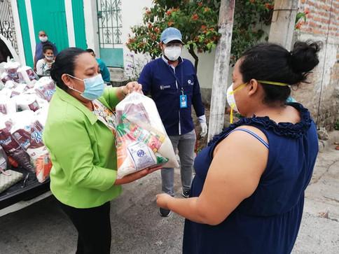 [Lili Bello de Perdomo] Entrega víveres a familias de Colonia Cuscatlán en Cojutepeque.