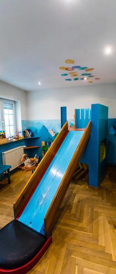 Unsere Rutsche im Kinderwartebereich (Erdgeschoss)