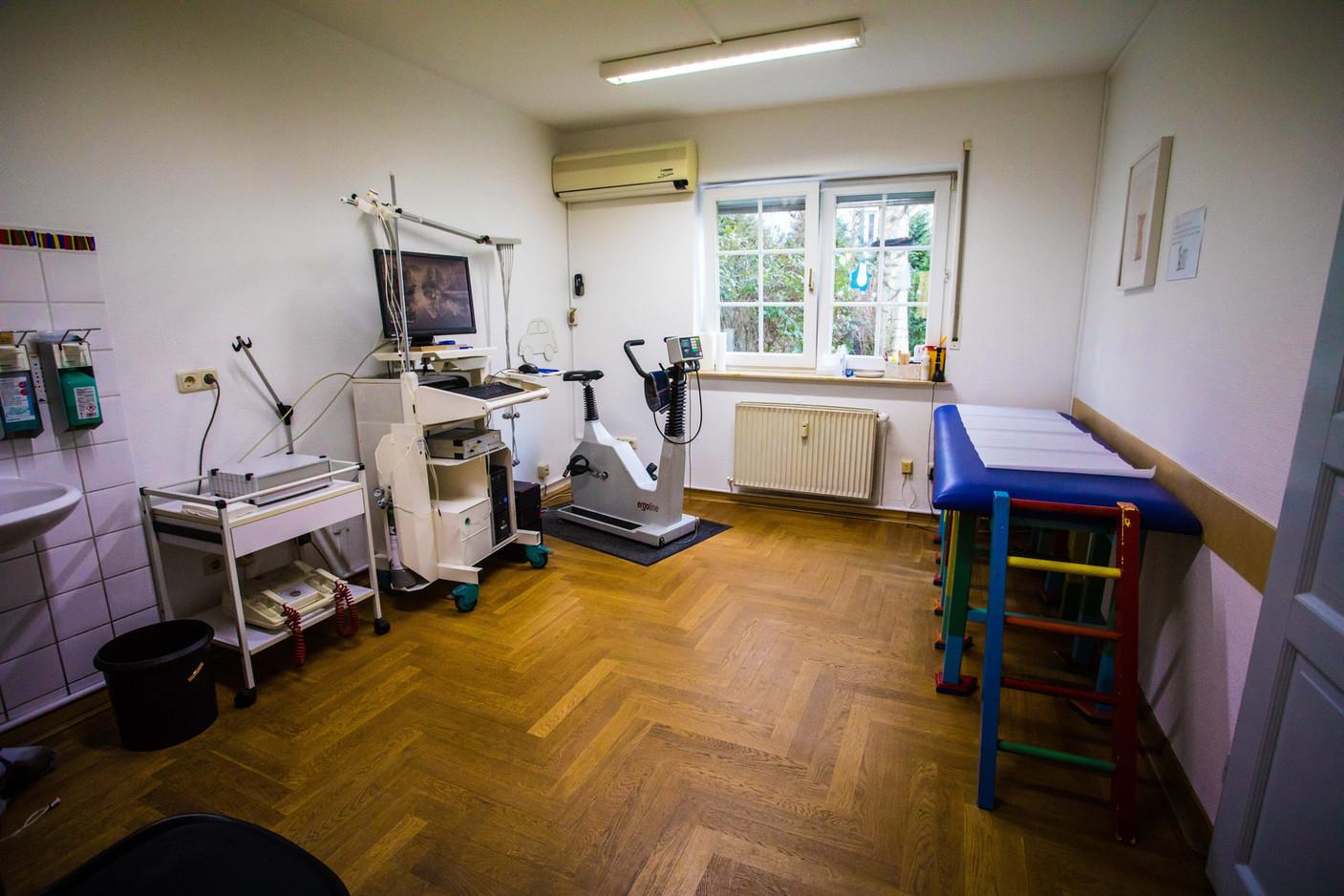 Blick in den Spiro-Ergometrie-Raum mit Untersuchungsliege (Zimmer 2)
