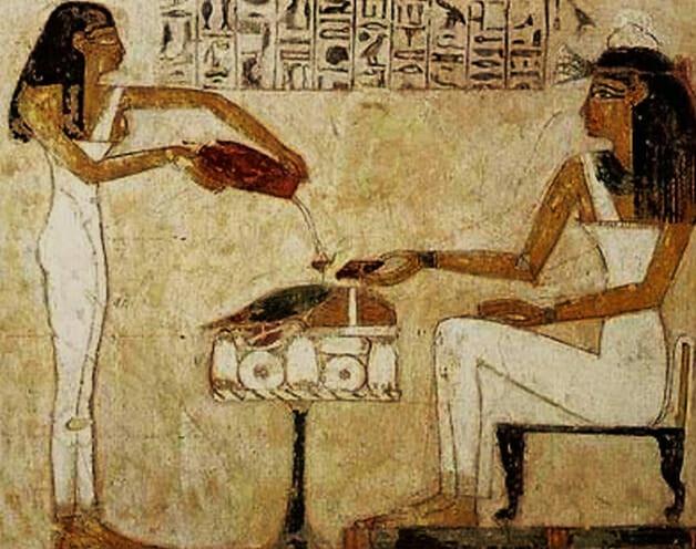 Arte egípcia mostrando mulheres servindo cerveja
