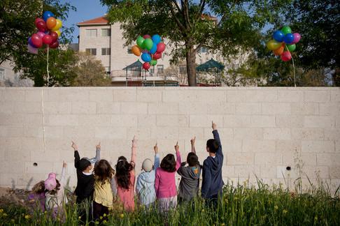מעיפים את החומה