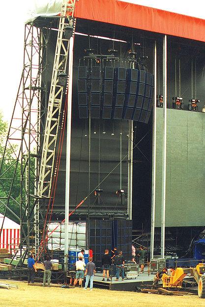 Oasis Knebworth Turbosound.jpg