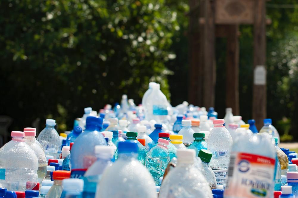 O plástico tem um processo longo de decomposição, mais de 100 anos.