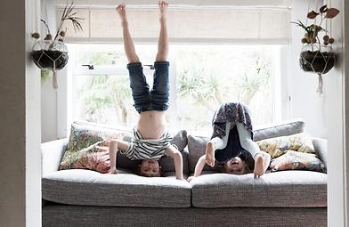 Enfants faisant des pommettes GRAND.webp