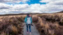 Femme chemin montagne.jpg