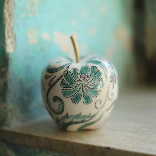 Turath apple with copper stem