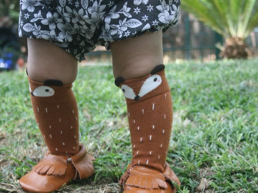 איך למדוד נכון כף הרגל של תינוקך לפני שקונים נעליים ראשונות?מניחים רגל על משטח,ובמצב דריכה מודדים