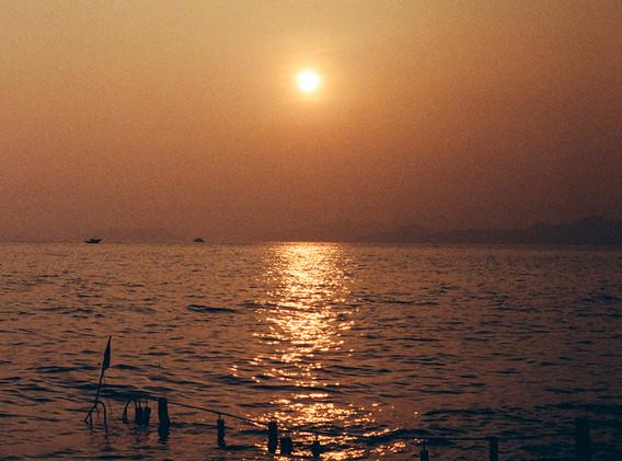 「一天始於日落」