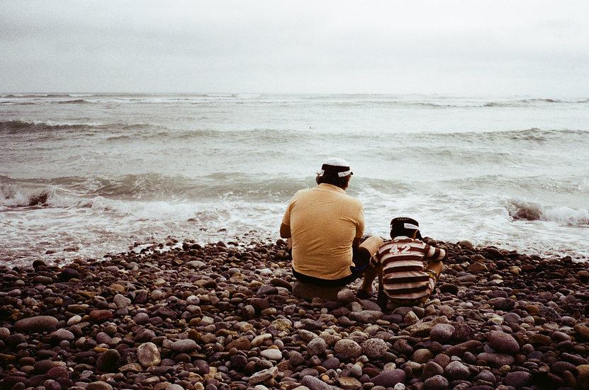 Pai e Filho na Beira do Rio