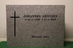 O 4 Lys gråhvit granitt. Polert fram og bakside med råsatte kanter 80x60 Pris: 16.900,-