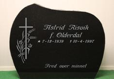 214 S sort granitt, polert framside, råsatte kanter med saget bkaside. 65x80. Pris: 17.900,-