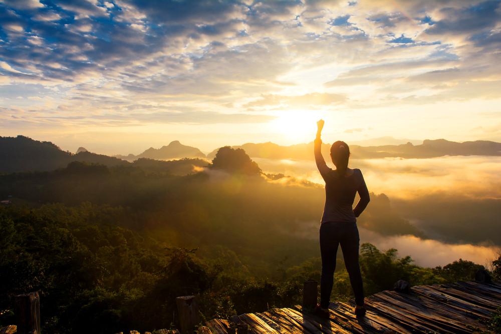 Pessoa comemorando porque mudou seus hábitos e alcançou seus objetivos
