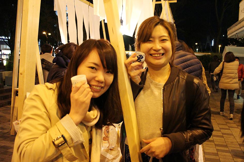 女性2人笑顔夜_0167