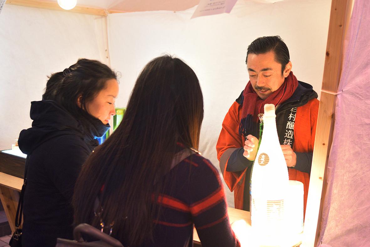 岩村醸造わたらい社長と女性客_DSC_3211_00002