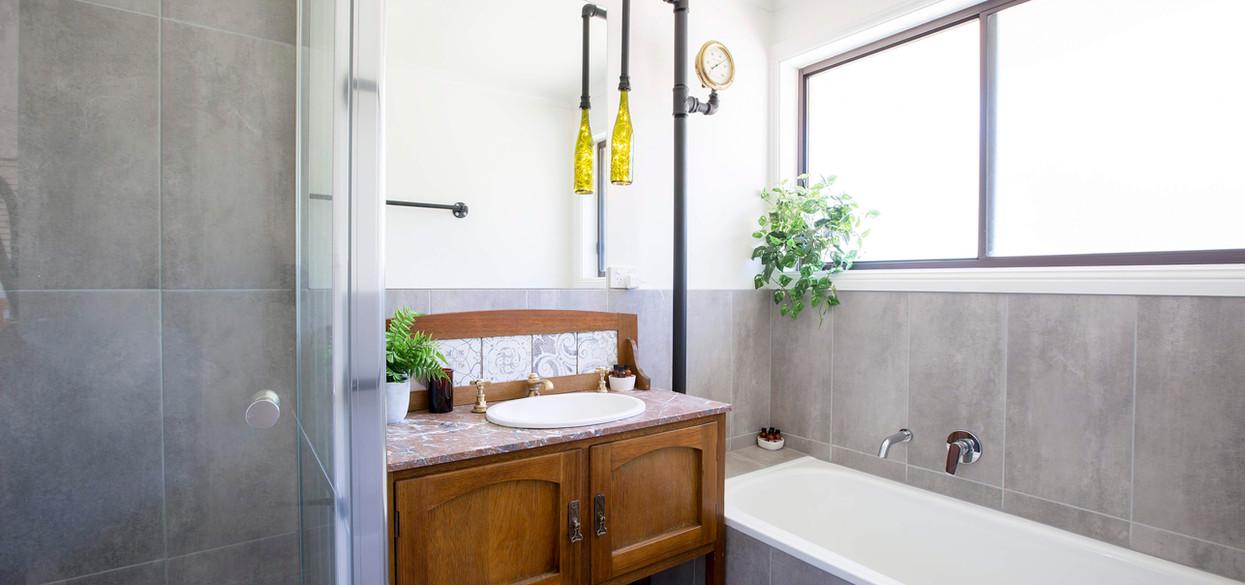 Pinecone Ridge Main Bathroom