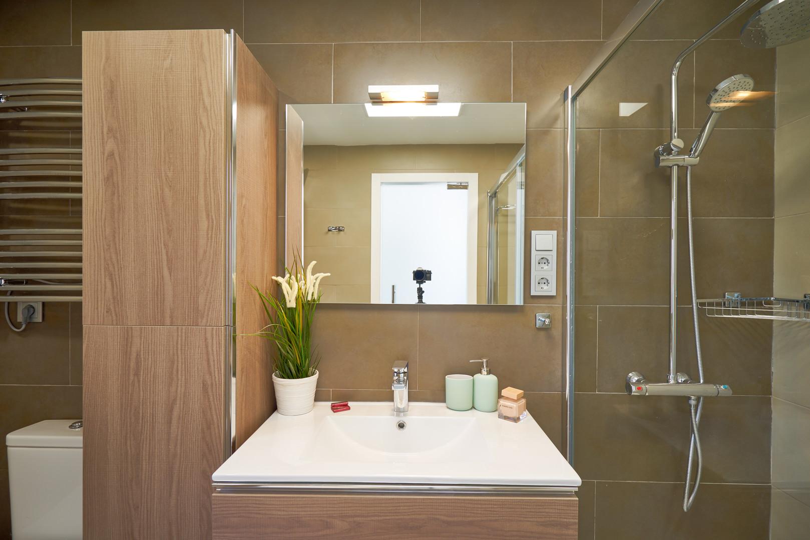 400 bathroom.jpg