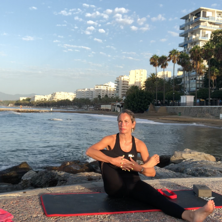 Yoga al amanecer en la playa de Marbella