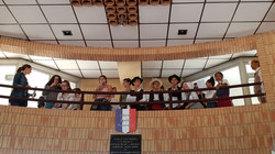 les élèves chantent la Coupo Santo devant l'ensemble des parents et des enseignants rassemblés