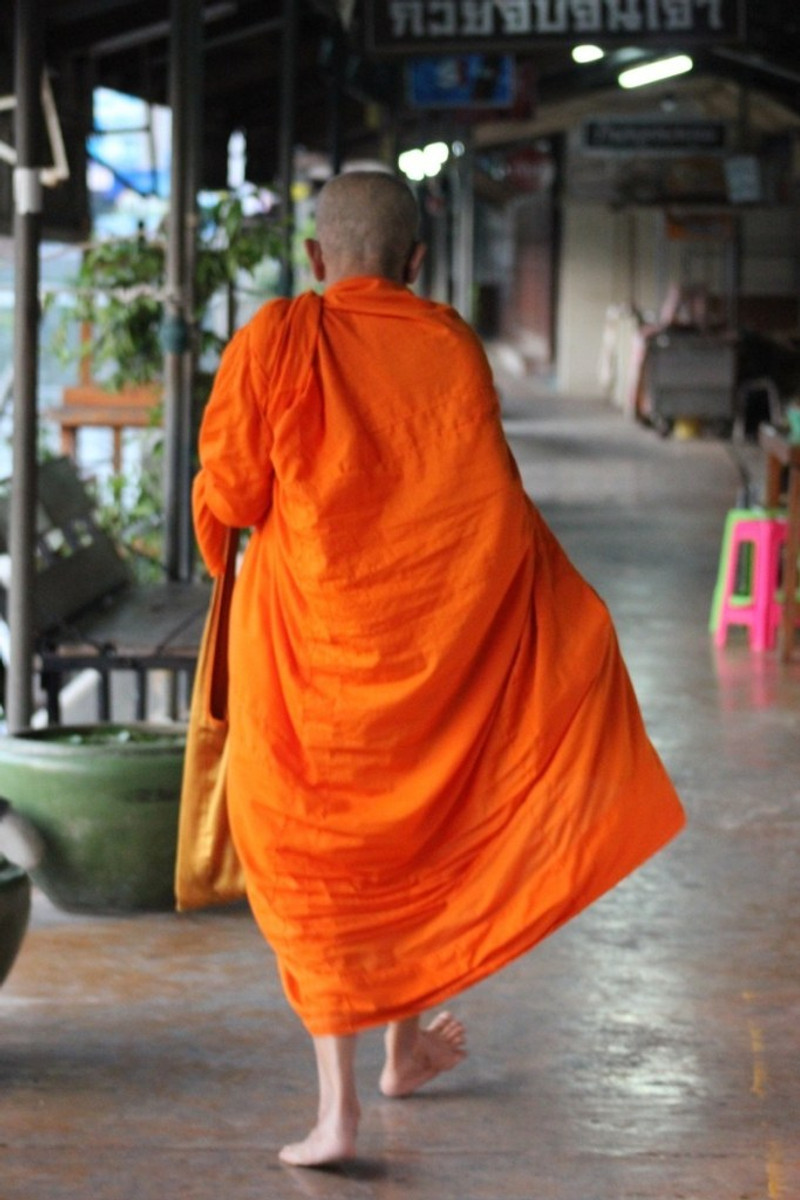 what not to do in bangkok thai smiles dont touch monks