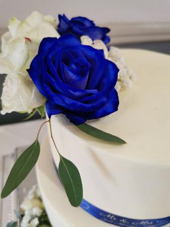 Royal blue & white roses - winter wedding cake