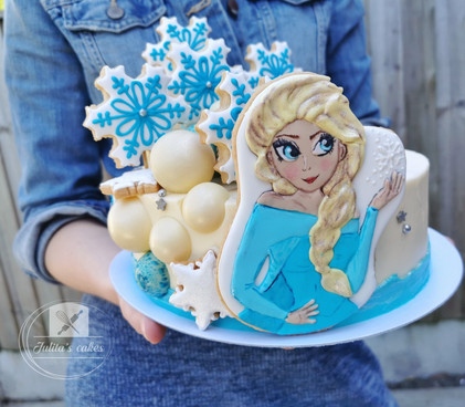 'Frozen' carrot cake with sugar cookies