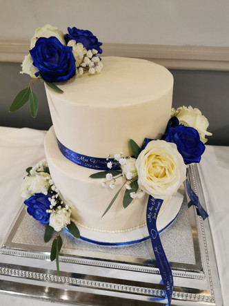 Royal blue & white roses - Winder wedding cake