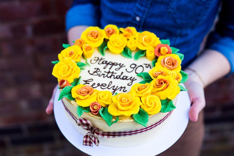Vanilla cake with sugar roses