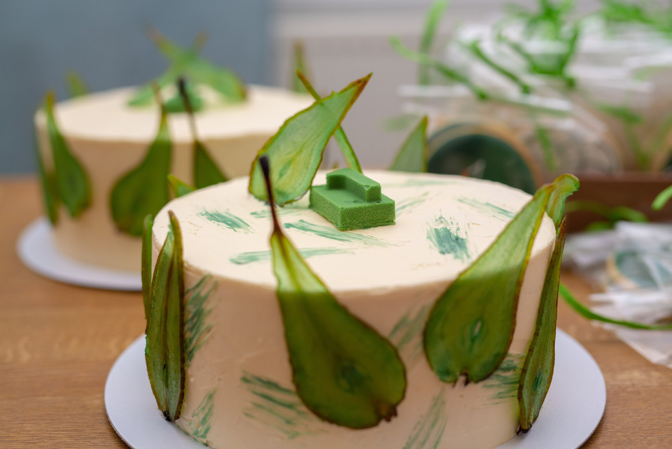 Vanilla cake with green pear slices