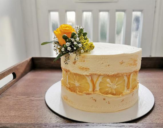 Vanilla cake with lemon slices