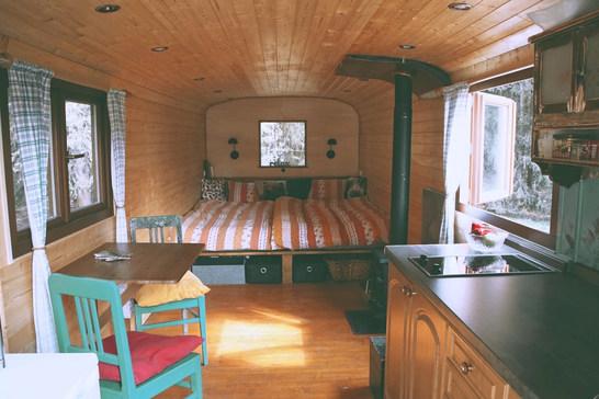 Maringotka je vhodná nejlépe pro pár na romantický víkend, avšak je možné zajistit přistýlku a vyspí se zde až 4 lidé.
