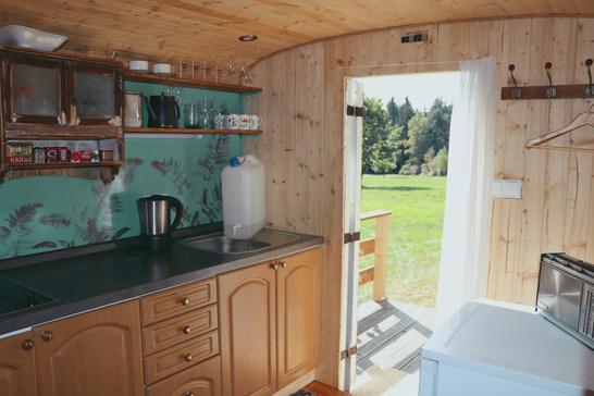 Z kuchyňky se vychází na příjemnou terásku, kde si můžete dát třeba ranní kávu nebo čaj.