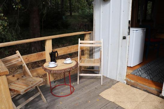 Teráska je parádní na ranní kafíčko nebo večerní posezení se sklenkou vína. Relaxujte zde, opalujte se, čtěte nebo i pracujte, pokud musíte. Wifi máme :)