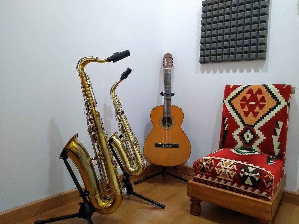 estudio musical, saxofones, guitarra