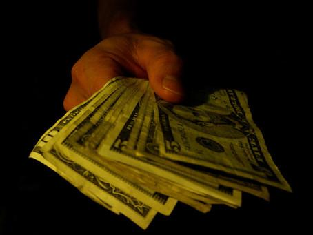 """Evite casas de câmbio que lhe oferecem """"dólar futuro""""."""