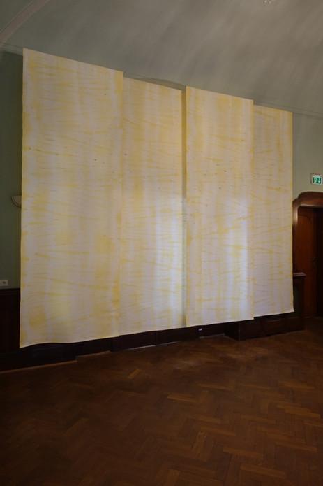 Bühnengestaltung, 2019, 3,3x4,2m, Foyer Villa Merz/Markneukirchen, 4 Bahnen, Shibori/Handmaschinenstickerei auf Bouretteseide