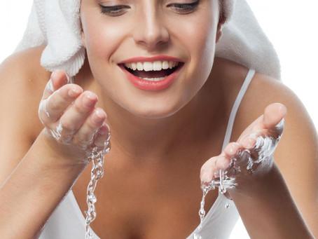 Odpowiednie nawilżenie skóry twarzy – jak wpływa na jej wygląd?