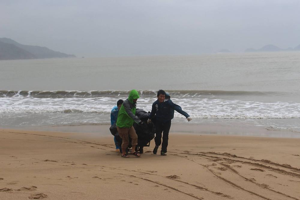 浜辺は歩きづらくて、何人かでゴミ拾いを運びました。