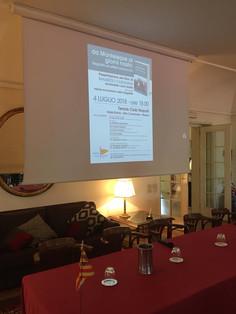 Il tavolo della conferenza