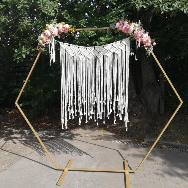 Traubogen mit Makramee- Vorhang
