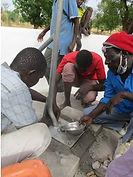 Construcción de un pozo en el campo de refugiados