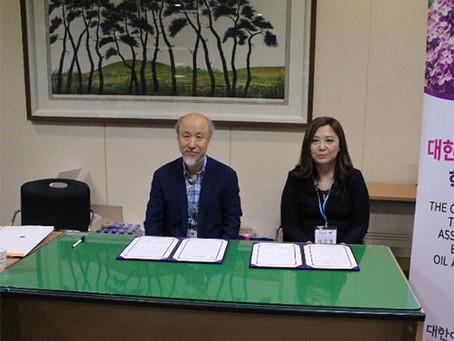 MOU signed with University's Beauty Department of the Aroma Society. '대한아로마학회' 제주대학교 뷰티향장학과와 MOU 체결.