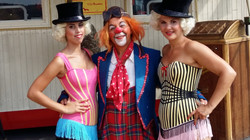 Clown Susi posiert mit Nummerngirls