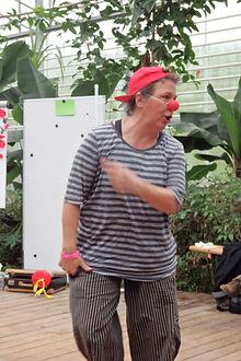 Clown Susi veranschaulicht die Theorie mit Clownesken Einlagen
