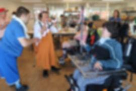 Clown Susi besucht Menschen mit einer Behinderung im Wohnheim Kontiki in Subingen.