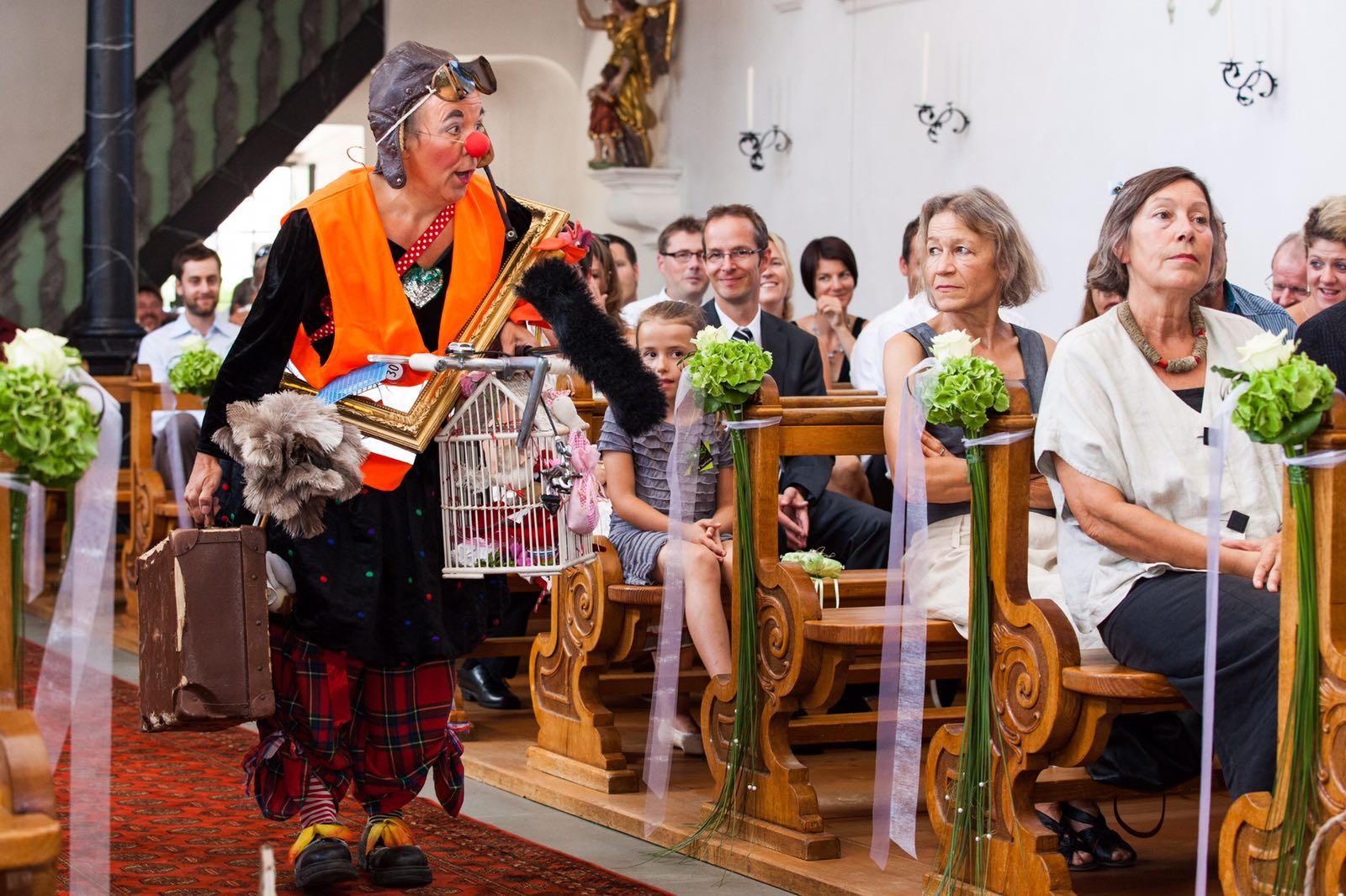 Clown Susi auf dem Weg zum Altar