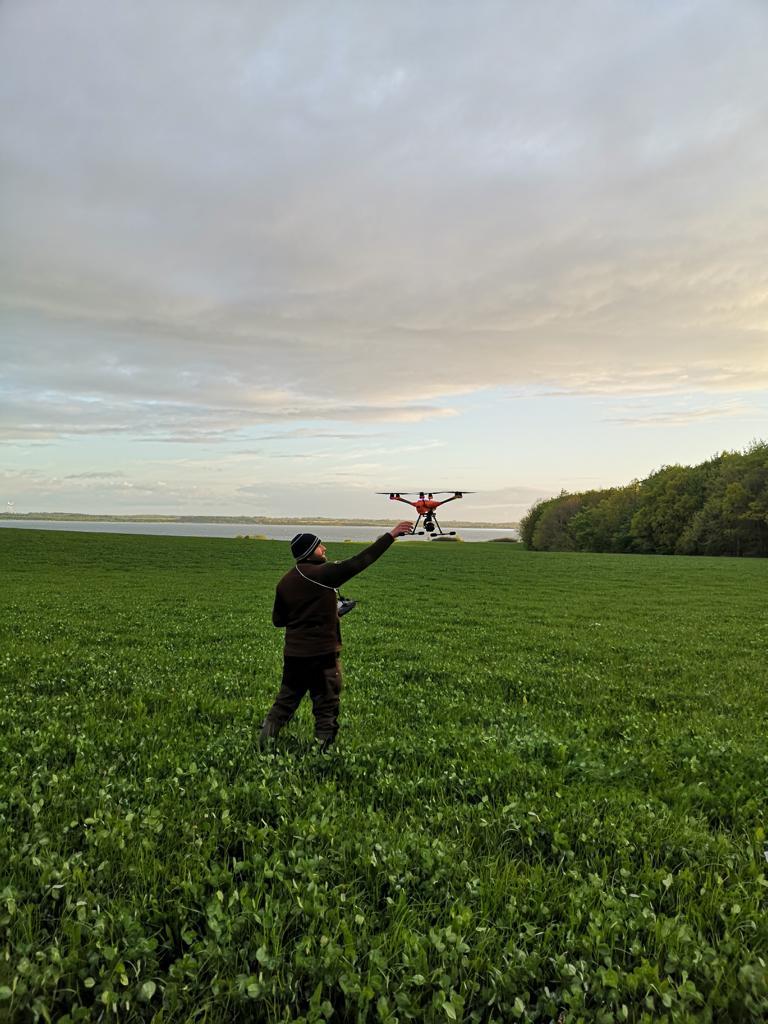 Pilot und Drohne im Einsatz