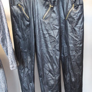 11 pantalons slim en simili cuir noir -.