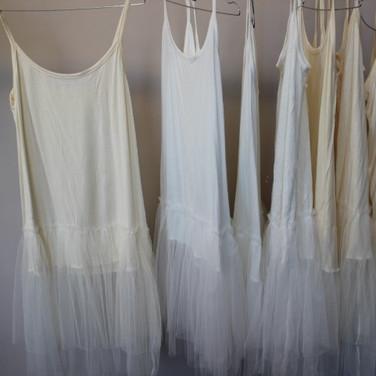 7_robes_fuides_avec_bas_en_tulle_(3_blan